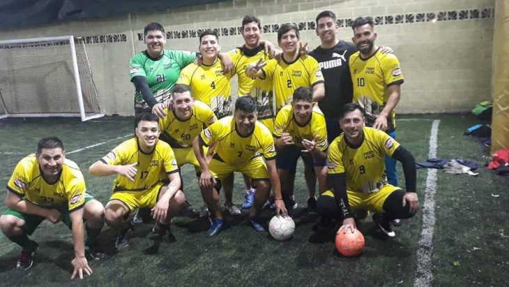 ¿Se pone a punto para volver?: Carlos Tevez jugó al fútbol con su hermano y amigos