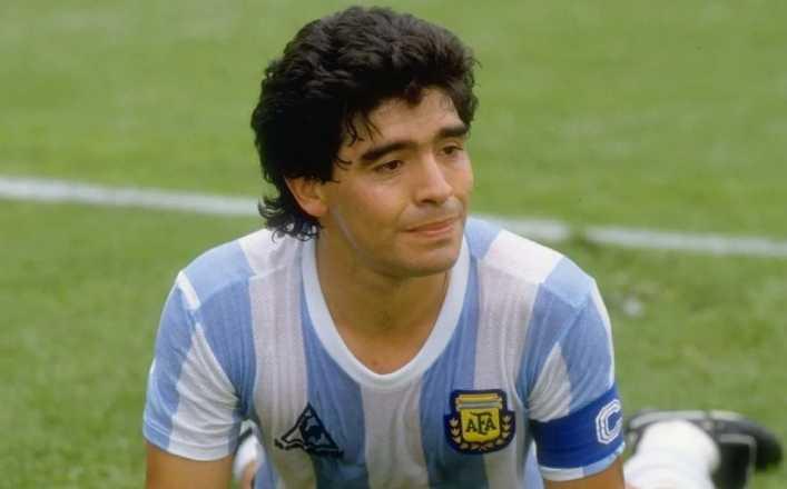 Subastan camiseta de Maradona en más del doble de su precio inicial