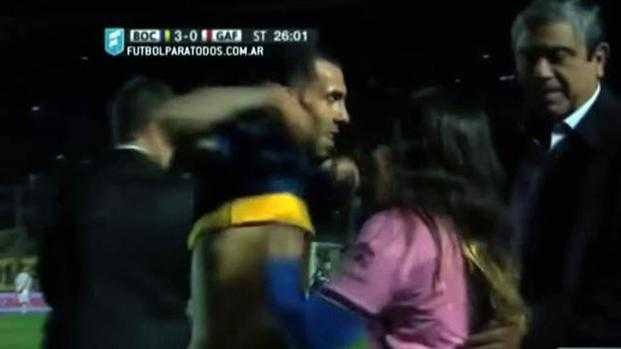 VIDEO: Tevez regaló su camiseta y no fue amonestado