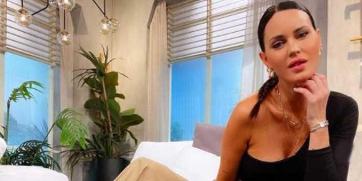 Top y abdominales a la vista, el look de Natalie Weber a puro sol desde el balcón