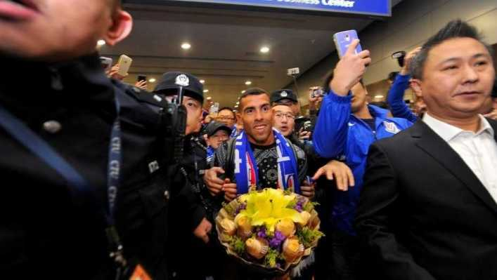 video carlos tevez recibido por una multitud fervorosa en china